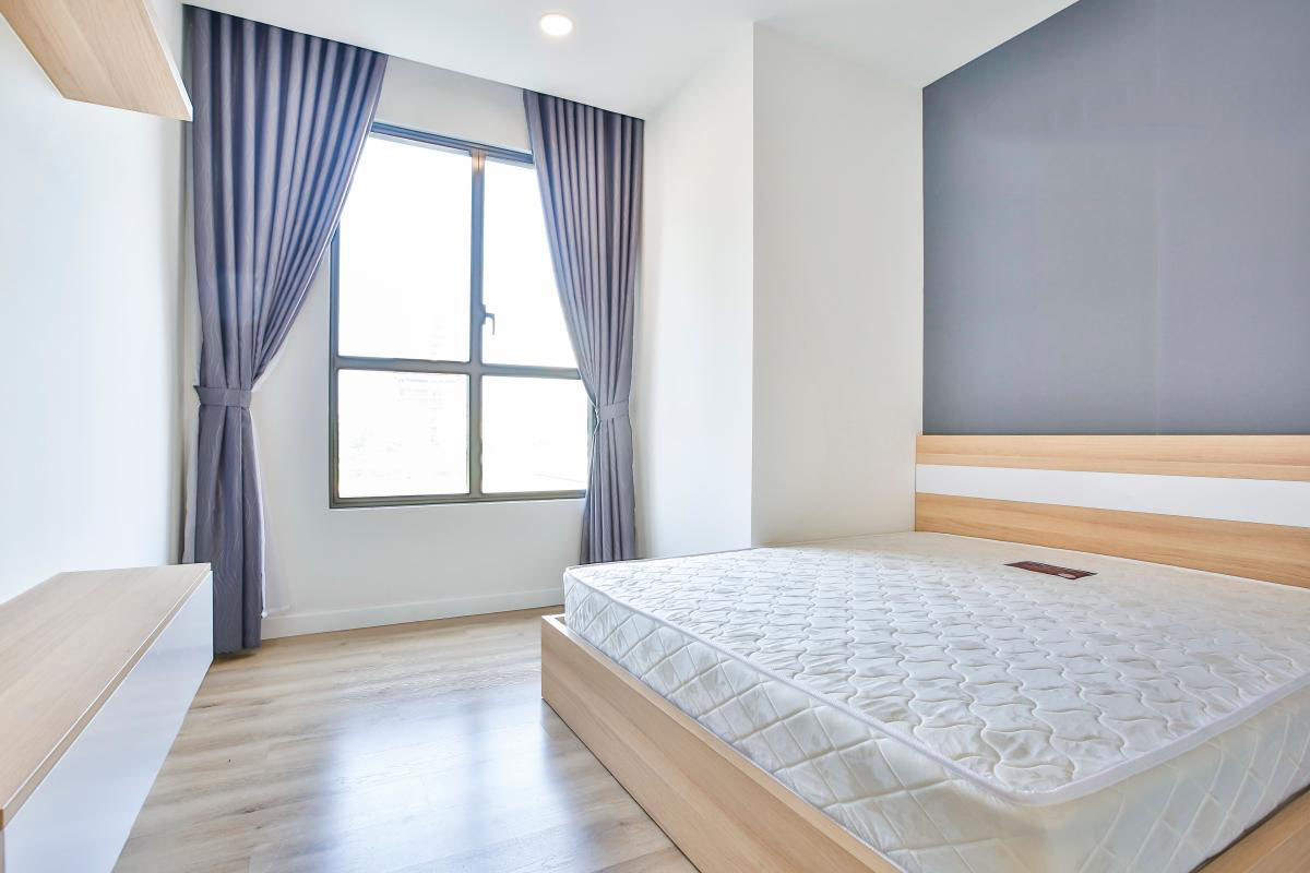 1038 bed and window